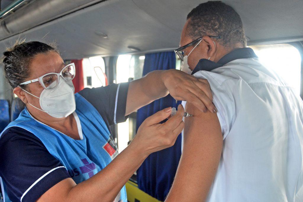 vacinacao motoristasonibus foto dayseeuzebio 402 1024x683 - Prefeito acompanha vacinação de pessoas 55+, operadores do transporte de passageiros e agentes de limpeza em postos itinerantes